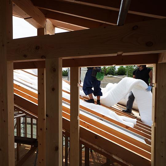 屋根の断熱材を施工中の写真