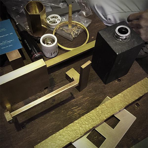 真鍮の建築金物と照明器具のサンプル