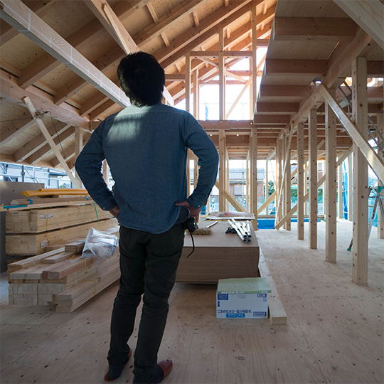 登り梁で構成された大屋根の写真