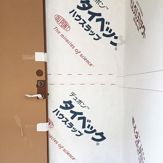 外壁に貼られた透湿防水紙の写真