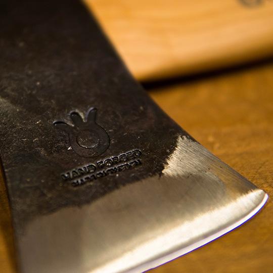 紋章の入ったハスクバーナの斧
