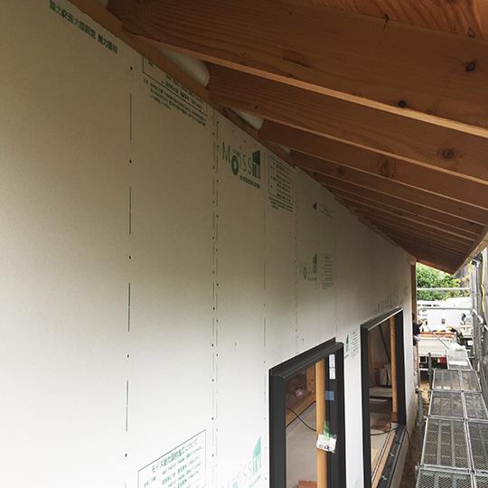 モイスの貼られた外壁の写真