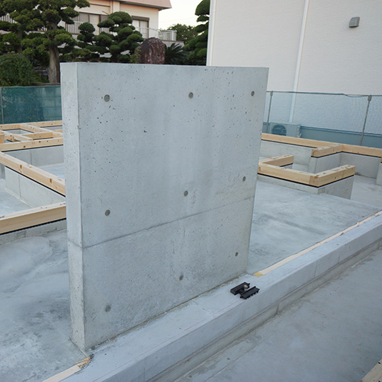 薪ストーブの遮熱壁になるRCの壁