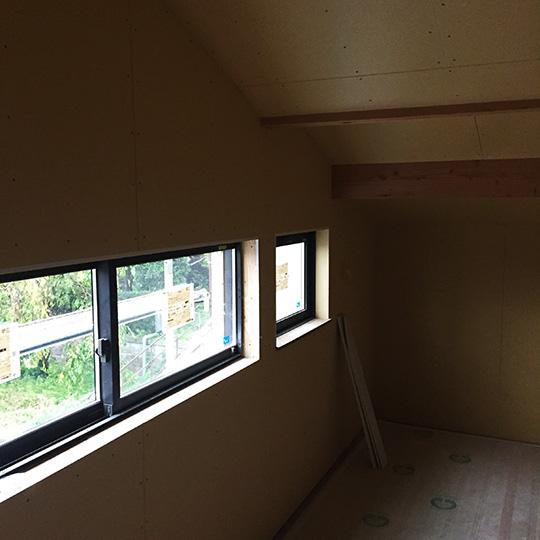 石膏ボードの貼られた勾配天井の写真