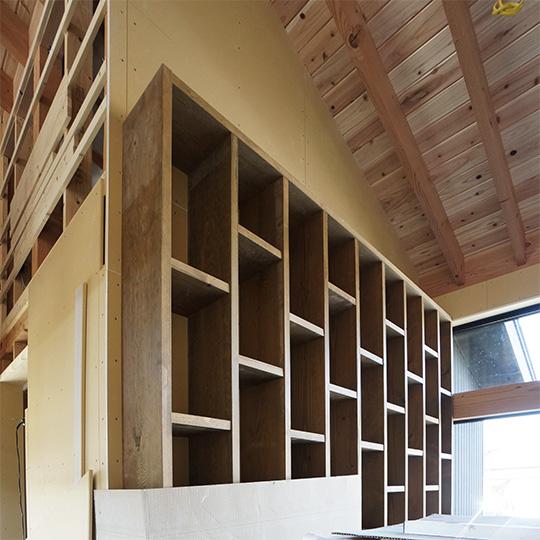 ロフト階段脇にある造作の固定棚