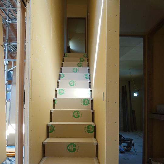 光が射している階段の写真