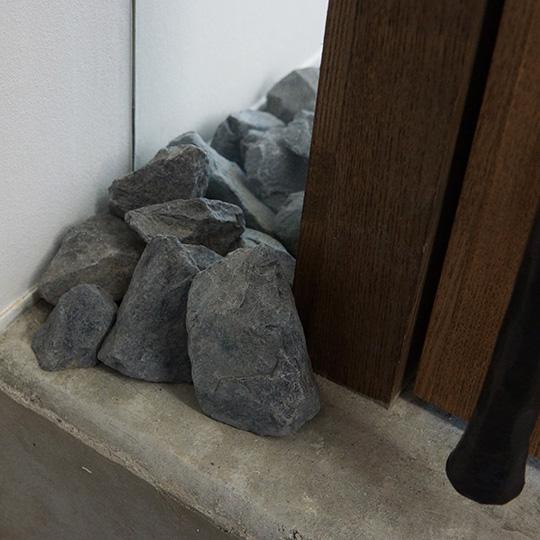 玄関土間に敷かれた割ぐり石