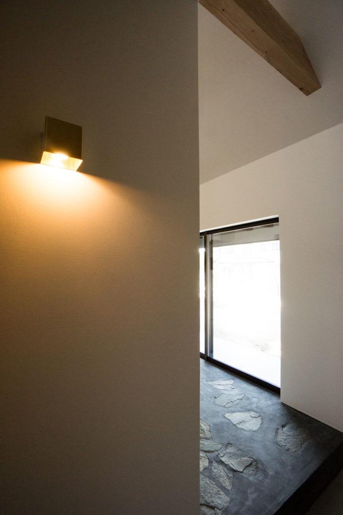 玄関のブラケット照明