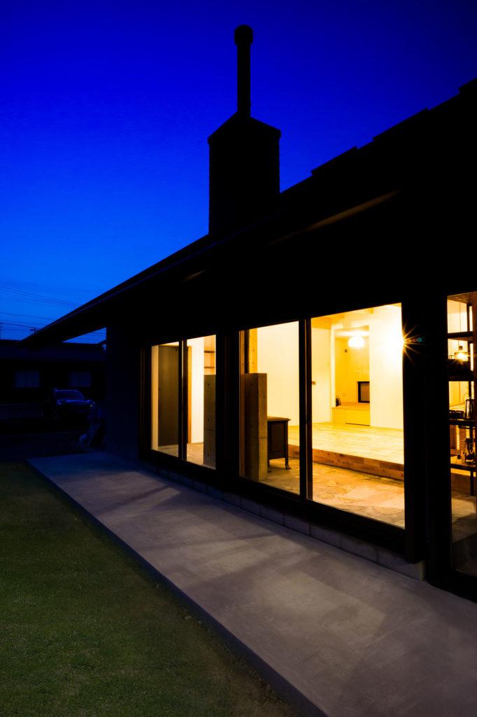 煙突のある家の夜景