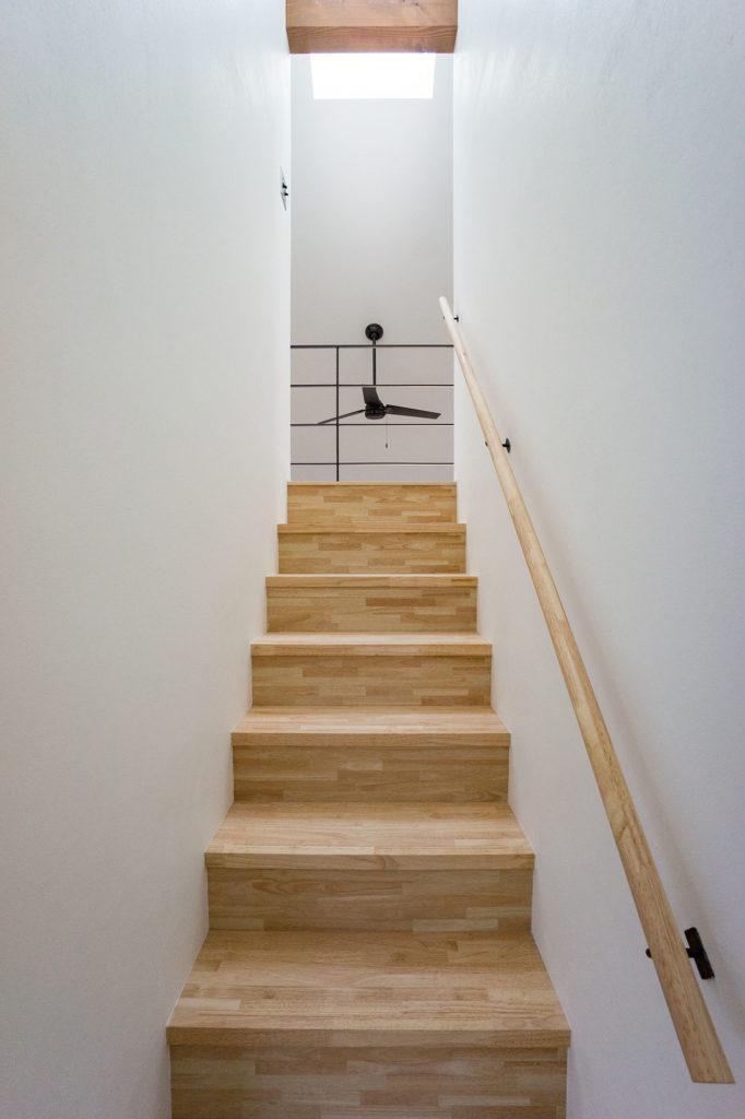階段とシーリングファンの写真