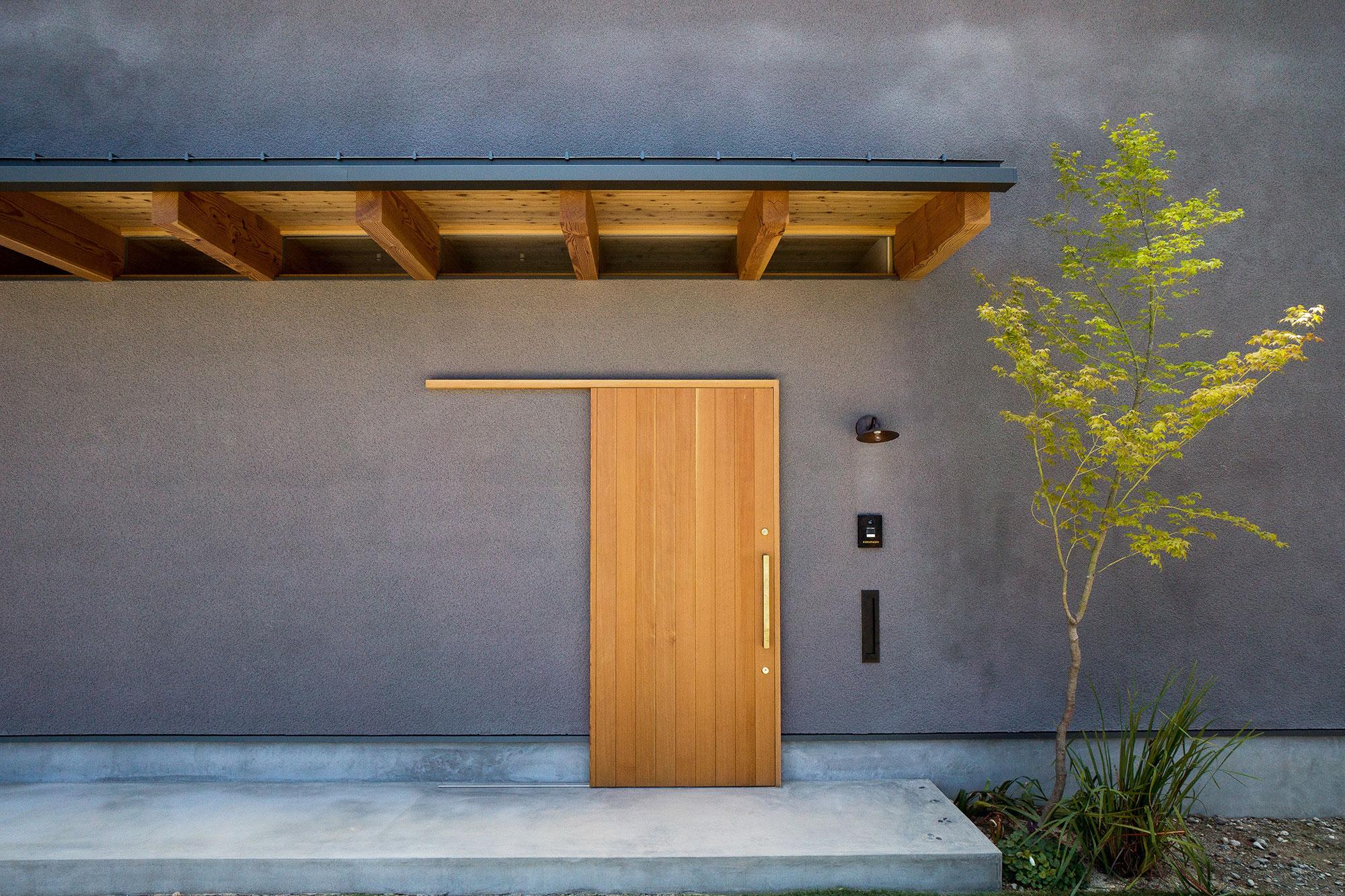 そとん壁の外壁と造作玄関引戸
