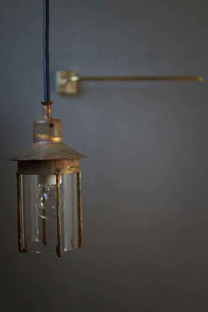 裸電球を使ったアンティーク照明と真鍮製タオル掛け