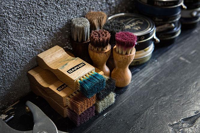 革靴のメンテナンス用ブラシとオイル