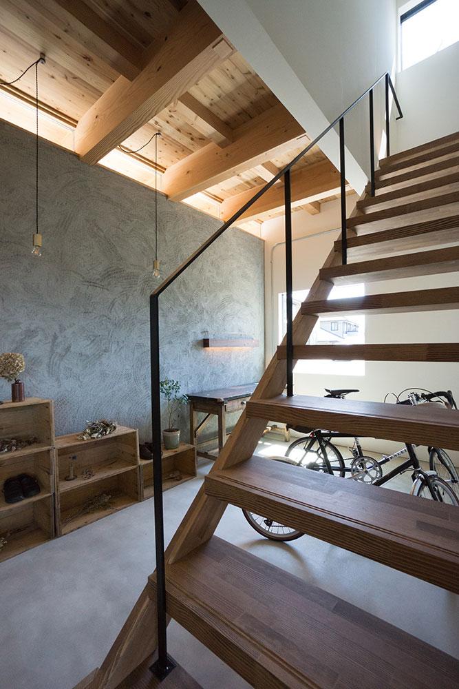 面戸板をガラスにした玄関|木製ストリップ階段