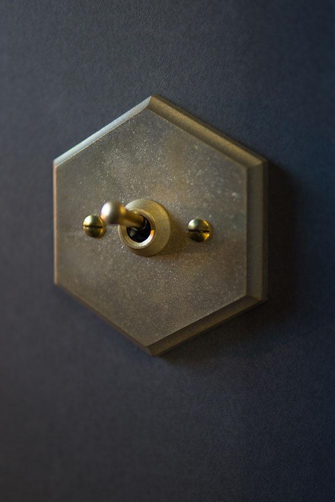 真鍮製の六角形スイッチ